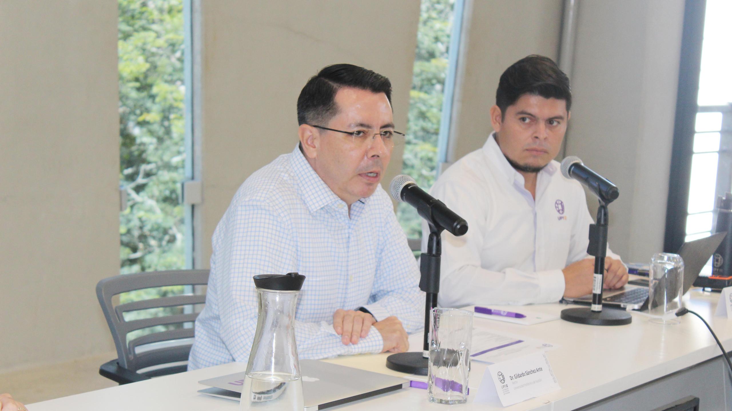 Dr. Gildardo Sánchez, Rector de la UPY; Mtro. Víctor Cámara, Director de Vinculación de la UPY.