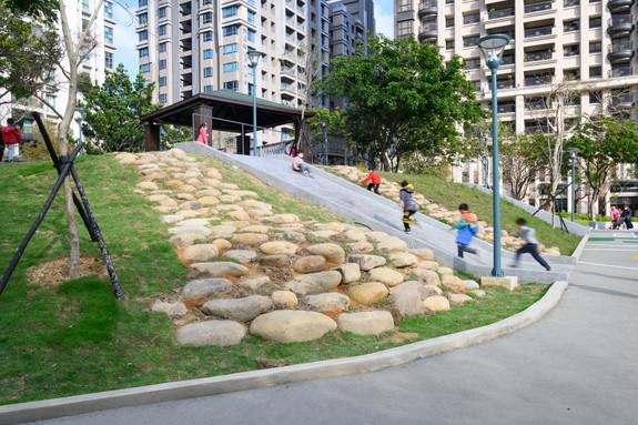 磨石子滑梯與自然石塊地景.jpg