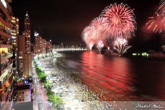 Chegada de 2018 é celebrada com show de fogos em Balneário Camboriú