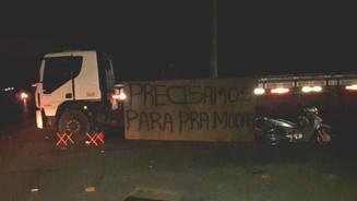 Caminhoneiros fazem manifestação contra o aumento no preço do diesel