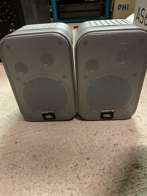 Une paire d'hauts-parleurs JBL