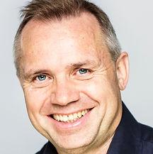 Bilde av en mann som smiler