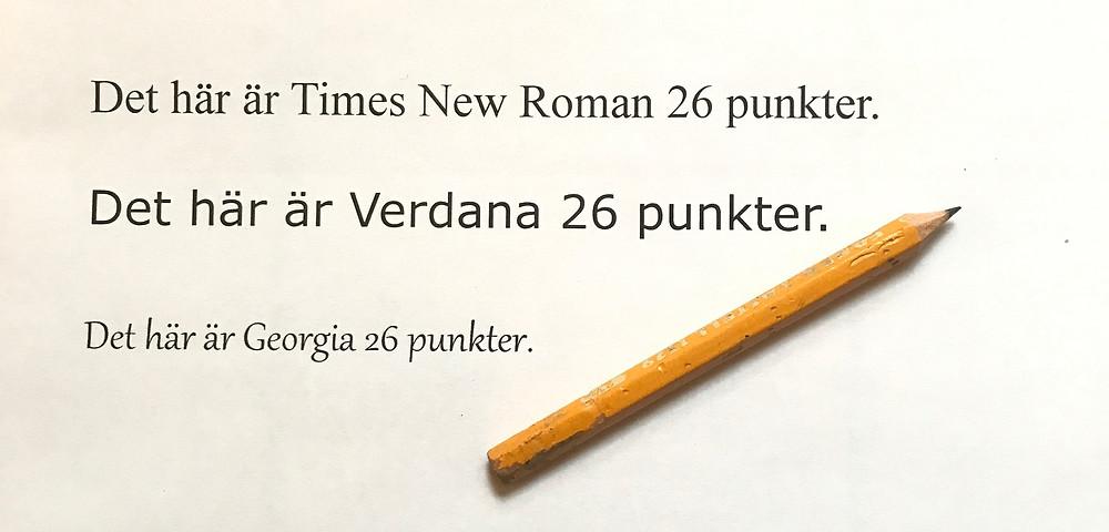 Bilden visar text skriven i olika typsnitt, Times New Roman, Verdana och Georgia. Alla är 26 punkter men på bilden ser man att bokstäverna i Georgia ser väldigt små ut, jämfört med de andra. Verdanas bokstäver ser störst ut.