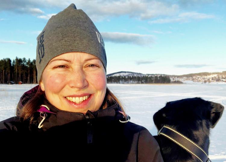 Vinterlandskap, i förgrunden Sanna Ameln, kommunikatör Friluftslivets år.