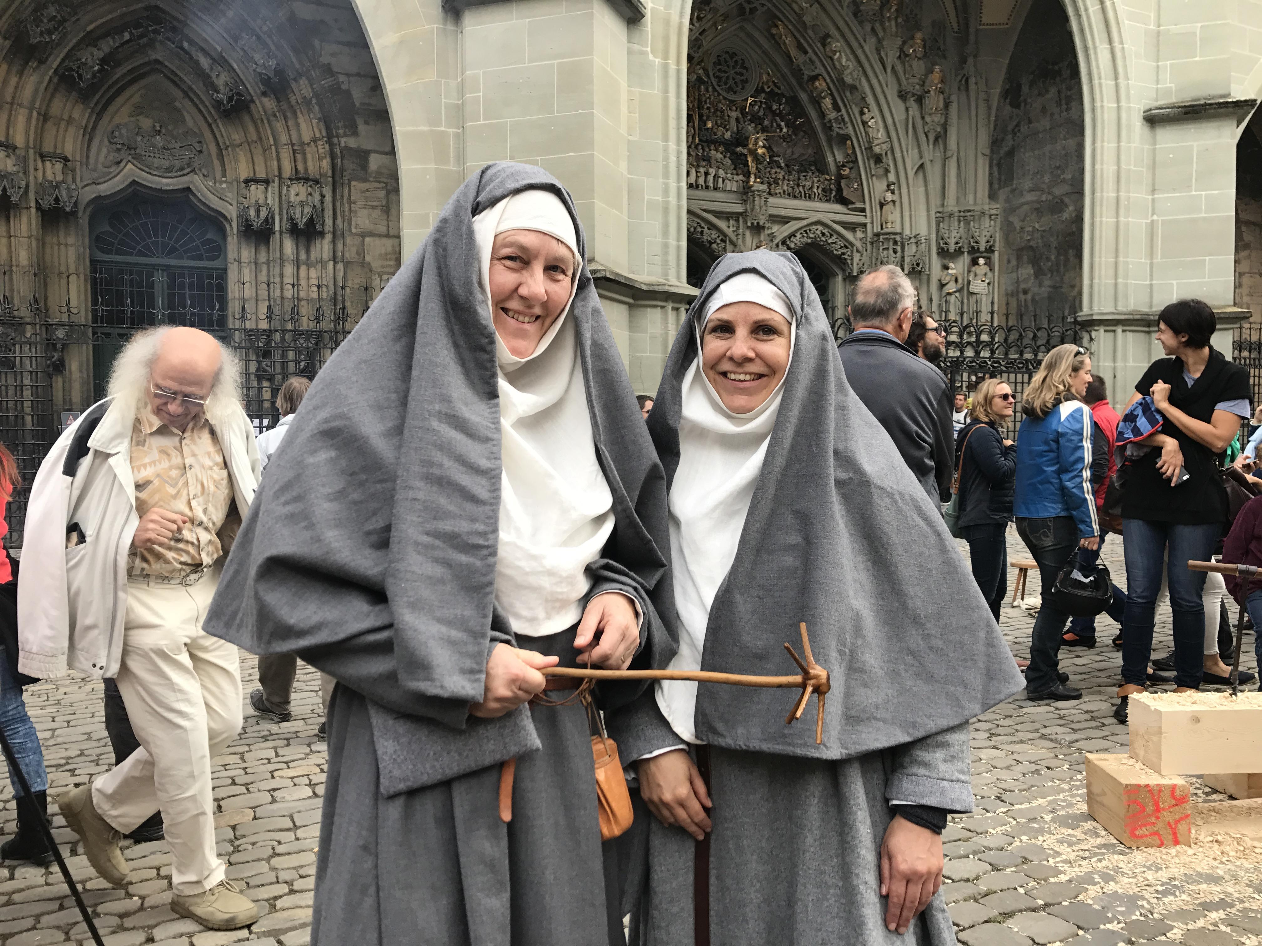 Zwei Beginen vor dem Berner Münster