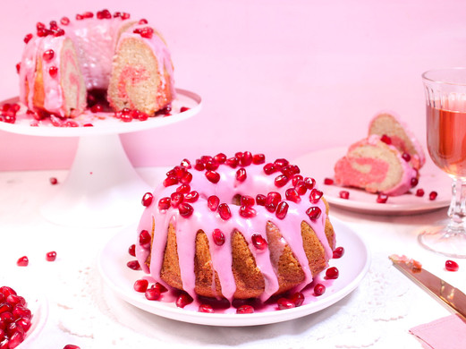 Roséwein-Kuchen mit Granatapfel