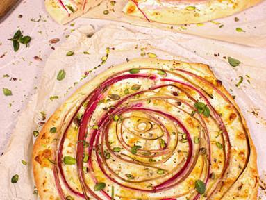 Pizza Bianca mit Rhabarber, Gorgonzola & Pistazien