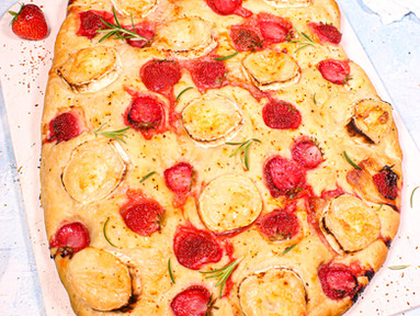 Erdbeer-Focaccia mit Ziegenkäse & Rosmarin
