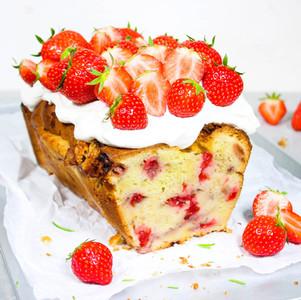 Erdbeerkuchen mit Rosmarin & Vanille-Frischkäse-Creme