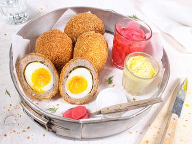 Schottische Eier mit Radieschen-Pickles & Senf-Mayonnaise
