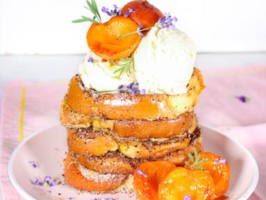 French Toasts mit Sumach, Lavendel-Aprikosen & Vanilleeis