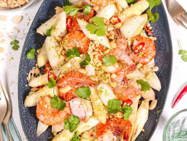 Lauwarmer Spargelsalat mit Garnelen, Ingwer, Koriander, Erdnüssen & Limettendressing