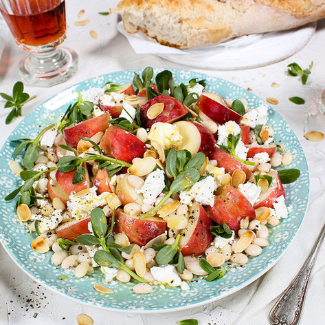 Sommerlicher Salat mit Plattpfirsichen, Portulak, weißen Bohnen & Ziegenkäse