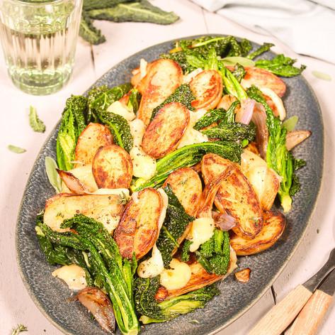 Schwarzkohl-Kartoffel-Pfanne mit Bergkäse & Salbei