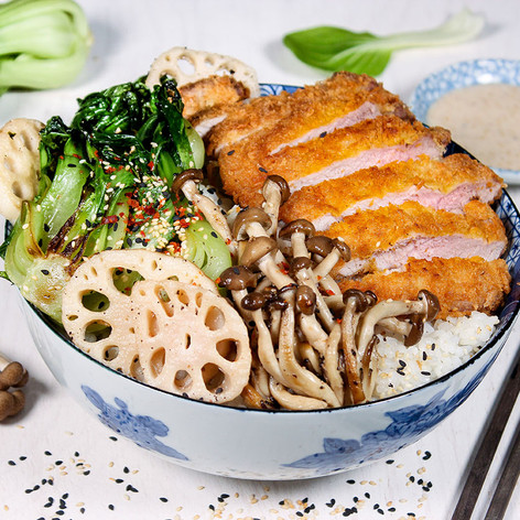 Donburi (japanische Reisbowl) mit Tonkatsu, Pilzen, Pak Choi & Sesamdressing