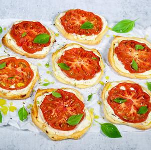 Tomaten-Vanille-Tartelettes mit Basilikum