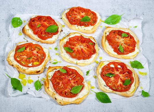 Tomaten-Vanille-Tartelettes mit Basiliku