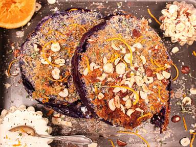 Knusprige Rotkohl-Schnitzel mit Haselnüssen, Orange & Gorgonzola-Sauce