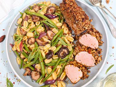 Schweinefilet mit Rauchmandelkruste dazu Pasta mit grünen Bohnen & Shiitake