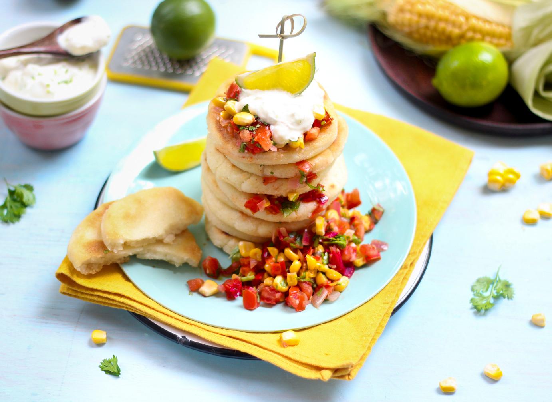 Arepas mit Mais-Tomaten-Salsa und Limett