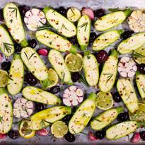 Ofen-Zucchini mit Oliven, Zitrone & Knoblauch