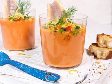 Kalte Aprikosen-Tomaten-Suppe mit Gin & Räucherforelle