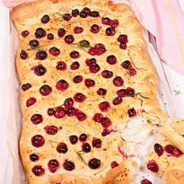 Gefüllte Ziegenkäse-Focaccia mit Clementine, Cranberry & Chili