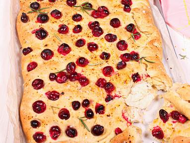 Gefüllte Ziegenkäse-Focaccia mit Clementine, Cranberrys & Chili