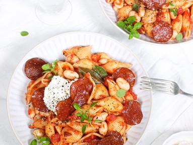 Conchiglie in Grappa-Tomatensauce mit weißen Bohnen, Ricotta & Salami-Chips