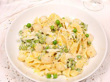 Fettuccine mit Parmesan-Sahnesauce, eingelegten Silberzwiebeln & Erbsen