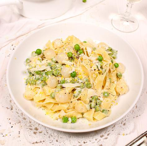 Fettuccine mit Parmesan-Sahnesauce, Silberzwiebeln & Erbsen