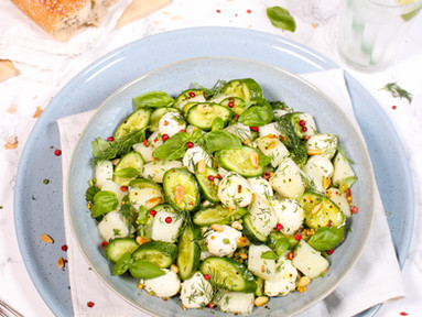 Honigmelonen-Gurken-Salat mit Mozzarella, Basilikum & Dill