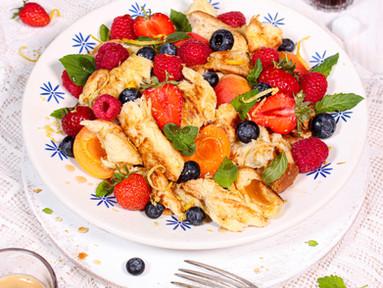 Süßer Panzanella mit Brioche, Erdbeeren, Aprikosen & Ahornsirup-Dressing
