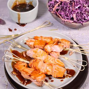 Lachsspieße mit Teriyaki-Sauce & Rotkohl-Yuzu-Salat