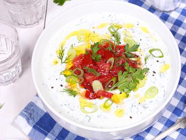 Gurkensuppe mit griechischem Joghurt, Dill & Ouzo-Tomaten