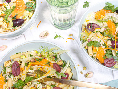 Sizilianischer Nudelsalat mit Fenchel, Oliven, Orange & Pistazien