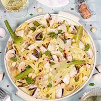 Tagliatelle mit Venusmuscheln, Fenchel, Limette, Kerbel & Macadamias