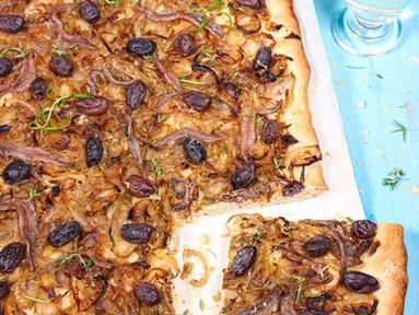Pissaladière – Französischer Zwiebelkuchen mit Oliven & Sardellen