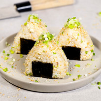 Onigiri (japanischer Reis-Snack) mit Tofu, Sesam & Lauchzwiebeln