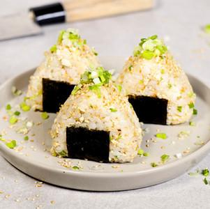 Onigiri (japanischer Reis-Snack) mit Tofu, Ingwer & Frühlingszwiebeln