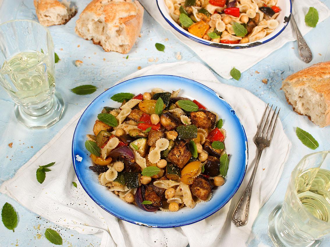 Nudelsalat mit Harissa-Ofengemüse & Kichererbsen