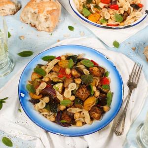Nudelsalat mit Harissa-Ofengemüse und Kichererbsen