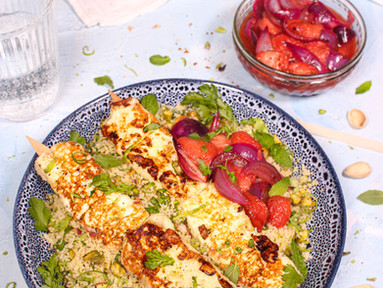 Halloumi mit Harissa-Erdbeeren & Limetten-Pistazien-Couscous
