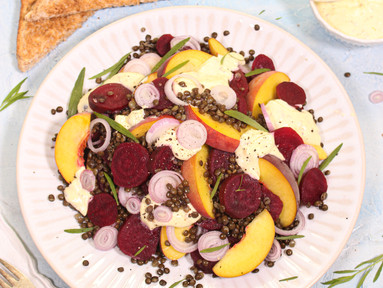 Rote-Bete-Salat mit Beluga-Linsen, Pfirsichen & Estragon