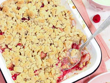 Pfirsich-Crumble mit Himbeeren & Safran-Joghurt