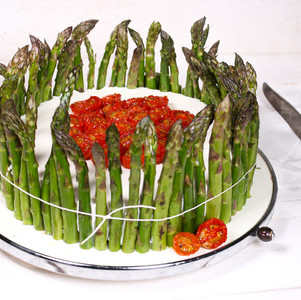 Spargel-Ricotta-Torte mit halbgetrockneten Tomaten