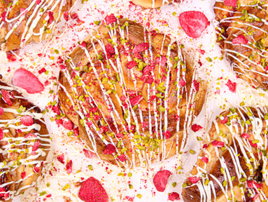 Erdbeer-Kränze mit Frischkäse, weißer Schokolade & Pistazien