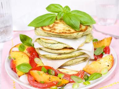 Basilikum-Pancakes mit Ziegenkäse & Tomaten-Nektarinen-Salat