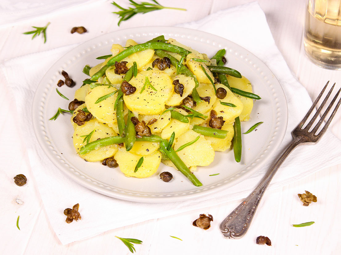 Kartoffelsalat mit frittierten Kapern & grünen Bohnen