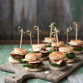 Mini-Burger am Spieß mit Rindfleisch, Gruyére und Feigen